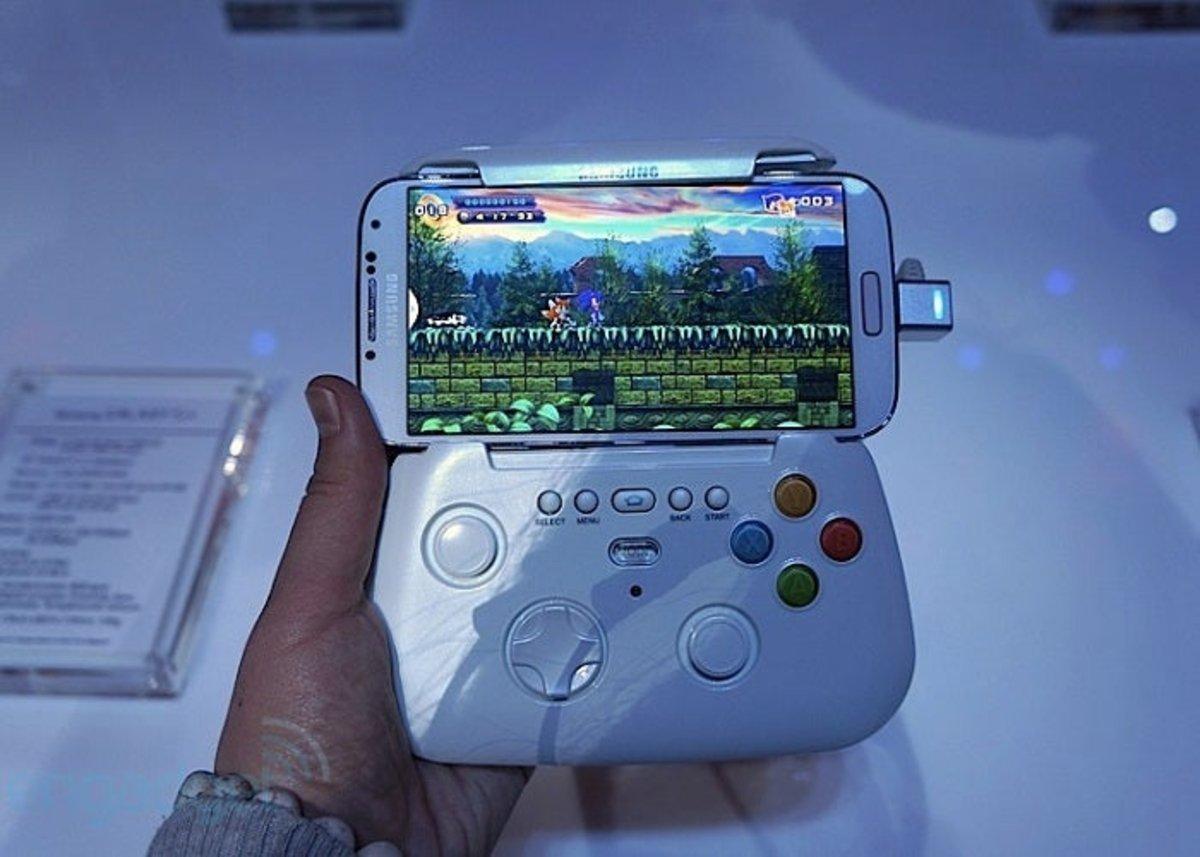 Samsung Galaxy S4 junto con su gamepad